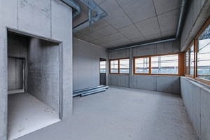 """<div class=""""bildtext_en"""">The interior of the two-story building is designed with architectural concrete grade SB3 in the representative daylight areas</div>"""