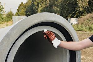 """<div class=""""bildtext"""">Die Stoßfugenbegrenzer werden im Muffenbereich der Stahlbetonrohre fixiert und gewährleisten eine gleichmäßige Stoßfuge</div>"""