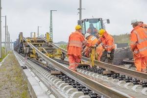 """<div class=""""bildtext"""">Montage der Langschienen auf dem 32km langen, zweigleisigen Abschnitt der Neubaustrecke Ebensfeld–Erfurt </div>"""