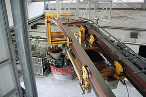 """<div class=""""bildtext_en"""">A Kübat rotating bucket with twin rail system provides for the transport of liquid concrete</div>"""