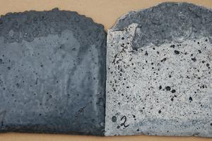 Laborversuch zur Wechselwirkung zwischen PCE-Fließmittel und schwarzem Eisenoxidpigment; Stein 1: gelungene Einfärbung eines SVB mit schwarzem Eisenoxidpigment; Stein 2: unzureichende Farbkraftentwicklung und ein weißer Niederschlag auf der Betonoberfläche bei gleicher Pigmentdosierung