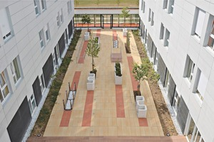 """<div class=""""bildtext_en"""">This courtyard with Umbriano paving blocks textured in granite-yellow and beige-brown is just one of the numerous reference examples ...</div>"""