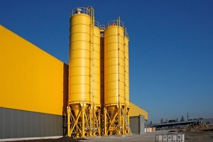Fig. 1 Installation of the bind-ing agent silos laterally next to the mixing tower installed in the factory building.
