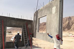 """<div class=""""bildtext"""">Zum Aufrichten der Wände werden wesentlich weniger Arbeitskräfte benötigt. Nur die erste Wand wird zusätzlich abgestützt, was eine erhebliche Zeiteinsparung bedeutet</div>"""