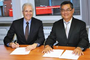 """<div class=""""bildtext"""">Dr. Strautmann (links) und Herr Pek unterzeichnen den Kooperationsvertrag in Waltrop</div>"""
