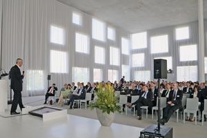 """<div class=""""bildtext"""">Im beeindruckenden Sanaa-Gebäude, einem prämierten Beton-Bau, fand die Veranstaltung statt</div>"""