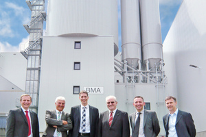 "<div class=""bildtext_en"">Handover of the Liebherr mixing tower at the opening ceremony (from left to right): Reinhold Kletsch, Michael Barthel (both Liebherr), Stefan Bögl, Johann Bögl (both Bögl), Mark Figel (Liebherr) and ­Anton Gloßner (Bögl)</div>"