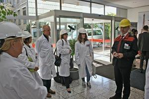 """<div class=""""bildtext"""">Dr. Wolfgang Oehlert, Vice President Technical Operations BU Inorganic Pigments (rechts), bat die Jubiläumsgäste zu einer Führung durch das Produktionswerk Uerdingen</div>"""