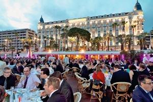 """<span class=""""bildunterschrift_hervorgehoben"""">Abb. 4</span> Abendessen am Hotelstrand des Ritz Carlton."""