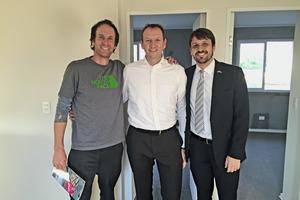 Sebastián Lüders, Technischer Direktor BauMax, besichtigt mit Philippe Marrié und Wesley Gomes, beide Vollert Anlagenbau (v.l.n.r.), eines der bereits fertig gestellten Wohnhäuser