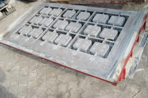 "<span class=""bildunterschrift_hervorgehoben"">Fig. 1 </span>After more than 50,000 production cycles the hollow block mold of carbo™ - hardness obviously does not show any wear and tear. <span class=""bildunterschrift_hervorgehoben"">Abb. 1</span> Nach über 50.000 Produktionstakten ist bei der Hohlblockform in »carbo™« - Härte kein Verschleiß sichtbar<br />"