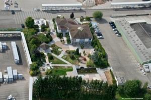 Luftaufnahme von Firmenzentrale und Produktionswerk Steinbourg im Osten Frankreichs