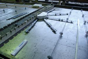 """Die Montage des """"PSB-F""""-Systems ist auf Fertigteilwerke mit einem hohen Rationalisierungsgrad ausgerichtet. Zunächst werden die Langlochleisten verlegt"""