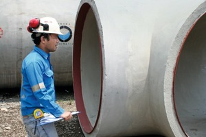 """<div class=""""bildtext_en"""">Bonna's Quality Manager Masdipuro Simbolon during the finalcheck of the concrete pipe before delivery</div>"""