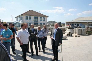 """<div class=""""FB BU Zahl"""">1</div>Production manager Markus Gwinner (right) takes the """"open day"""" visitors on a tour of the plant of Beton Röser"""