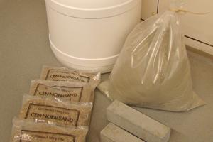 An alle teilnehmenden Labore versandte Materialien: Normsand, Zement und mehrere Mörtelprismen, die zuvor an der BAM betoniert, erhärtet und getrocknet wurden