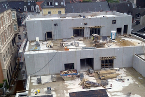 """<div class=""""bildunterschrift_en"""">Since the new building nearly abuts the existing building, the precast parts had to be adjusted at short notice</div>"""