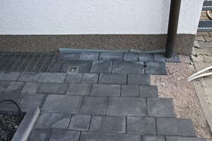 11 Damage pattern 4: terrace area with ­anthracite-colored concrete slabs showing discoloration