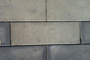 Schwarz eingefärbte Betonsteinplatten, ein Teil der Platten ist deutlich aufgehellt