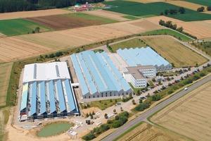"""<span class=""""bildunterschrift_hervorgehoben"""">Abb.1</span> Im Vordergrund ist die erweiterte Produktionsstätte zu sehen – im Hintergrund das Biokraftwerk.<br />"""