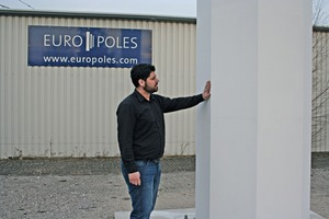 Europoles Project Manager, Dipl.-Ing. (FH) Michael Biederer, presents a sample ­column true to original at the Neumarkt production site