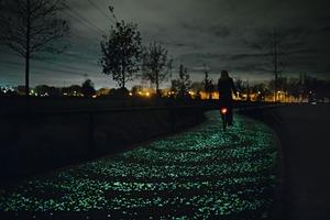 Auch die Oberfläche des Van Gogh-Radwegs wird tagsüber durch das Sonnenlicht aufgeladen und gibt nachts Licht ab