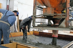 "<div class=""bildtext_en"">Production in progress: after rebar installation, concrete is poured for the manufacture of floor slabs</div>"