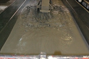 """<span class=""""bildunterschrift_hervorgehoben"""">Fig. 3 </span>The (still very flowable) aerated concrete is cast into the mold until half of its filling level is reached.<br />"""