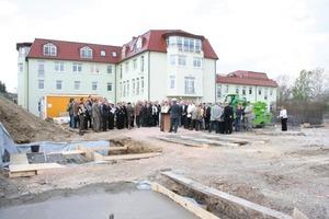"""<span class=""""bildunterschrift_hervorgehoben"""">Abb. 1 </span>Zahlreiche Gäste kamen zur feierlichen Grundsteinlegung des neuen Technikums vom IFF in Weimar."""