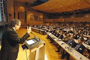 """<div class=""""bildtext"""">BetonTage-Organisator Dr. Ulrich Lotz begrüßte 2015 rund 2.000 Teilnehmer zum Kongress</div>"""