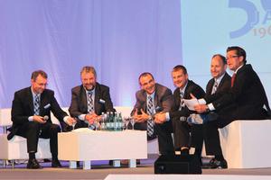 Talkrunde auf dem Sofa (v. l. n. r.): Thomas und Martin Probst, Martin Bäuerle, Holger Merholz, Torsten Schick und Moderator Uwe<br />Waltersbacher<br />
