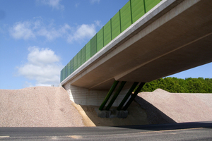 "<div class=""bildunterschrift_en"">The bridge of white cement spanning A 72 is intended for agricultural traffic </div>"