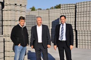 """<div class=""""bildtext"""">Peter Münstermann, Wilfried Wagner und Norbert Foppe (v. l. n. r.) besichtigen den Lagerplatz für die auslieferungsfertigen Betonpflastersteine</div>"""