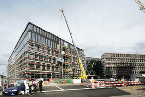 """<div class=""""bildunterschrift_en"""">By a truck-mounted crane the facade-elements are placed at the construction site in Brugg / Windisch</div>"""