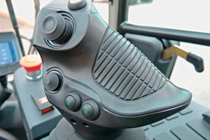 """<div class=""""bildtext_en"""">Ergonomic joystick for lifting functions and accessory equipment. All movements are controlled fully proportional </div>"""