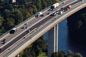 Die Fahrbahntafeln von Brücken, Tunneln, Parkdecks sind dauerhaft starken Belastungen ausgesetzt, weshalb eine zuverlässige und dauerhafte Abdichtung erforderlich ist