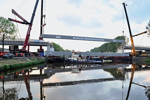 """<div class=""""bildtext_en"""">Installation of one of the long concrete beams for the new bridge near Zuidhorn/Netherlands</div>"""