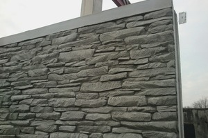 """<div class=""""bildtext_en"""">Thanks to the textured formliners, the precast concrete elements stunningly resemble real natural stone in appearance</div>"""