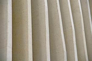 "<div class=""bildunterschrift_en"">The surface of the concrete pilaster strips emulates the natural surface of travertine </div>"