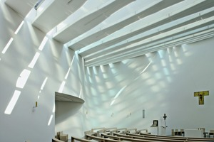"""<div class=""""bildtext_en"""">The interior is marked by the light effects created by the rooflights that should be reminiscent of light refraction in water</div>"""