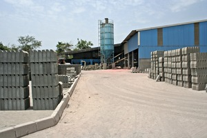 """<div class=""""bildtext_en"""">View of the storage yard with the production building and Simem mixing plant in the background</div>"""
