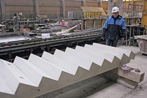 """<div class=""""bildtext"""">Produktionsleiter Stanisław Kula überprüft die Qualität der fertigen Stahlbeton-Treppenlaufelemente</div>"""