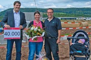"""<div class=""""bildtext"""">Das Bauherrenpaar Schmitz in Remagen war glücklicher Empfänger des 40.000sten Glatthaar-Fertigkellers</div>"""