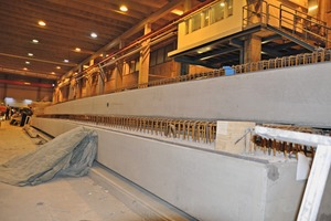 "<div class=""bildtext_en"">Ten of this prestressed mega girders having a length of more than 30 m each leave the factory every week</div>"