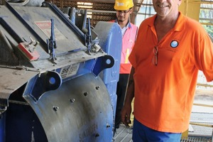"""<div class=""""bildtext_en"""">French expert Richard Hunt (front) presents the BHS mixing plant for the concrete production ...</div>"""