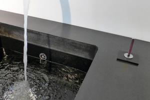 """<div class=""""bildtext"""">Fertiggestellte und montierte Küchenarbeitsplatte aus schwarzem Textilbeton</div>"""