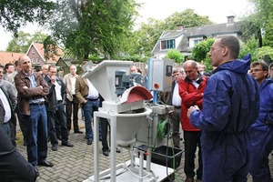 """<span class=""""bildunterschrift_hervorgehoben"""">Fig. 1</span> The subsequent demonstration with the cone shaped laboratory mixer of Kniele was very informative for the entire audience.<br />"""