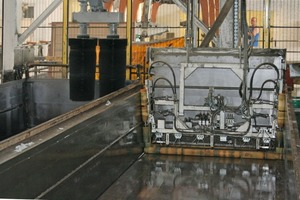 """<span class=""""bildunterschrift_hervorgehoben"""">Fig. 9 </span>The mold is cleaned in a fully automated process (left), and a roller is used to apply a release agent prior to the next casting cycle.<br />"""