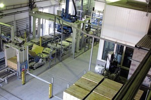 "<div class=""bildtext_en"">View of the packaging area from the mixer tower with the buffer for support boards, the enclosure for system control and the block-making machine in the background </div>"