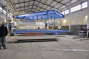 """<div class=""""bildtext_en"""">The adjustable lifting beam in operation</div>"""